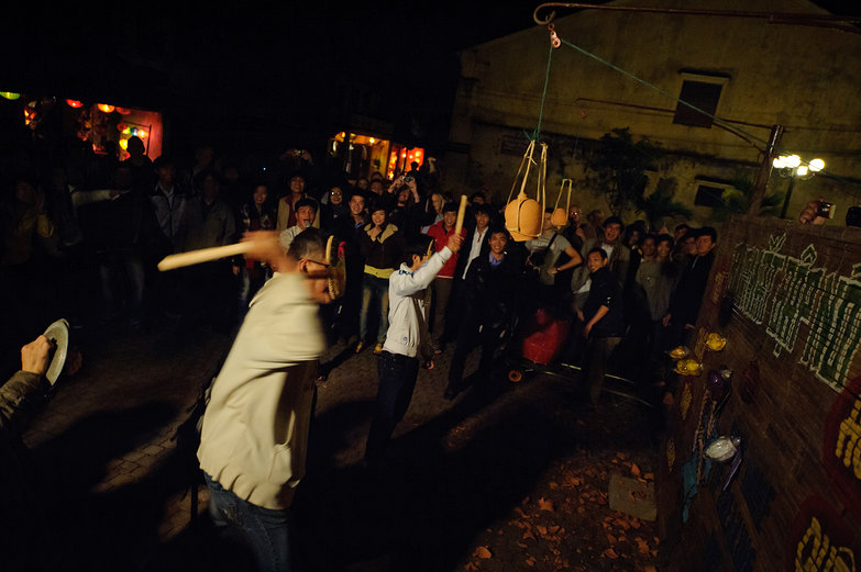 Hội An Lantern Festival Pottery Smashing Game