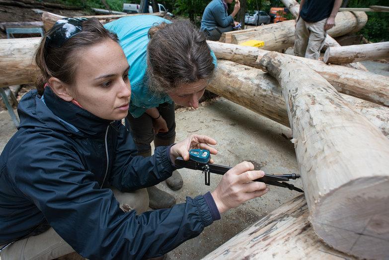 Rachel & Tara Scribing a Roundwood Grindbygg Knee Brace